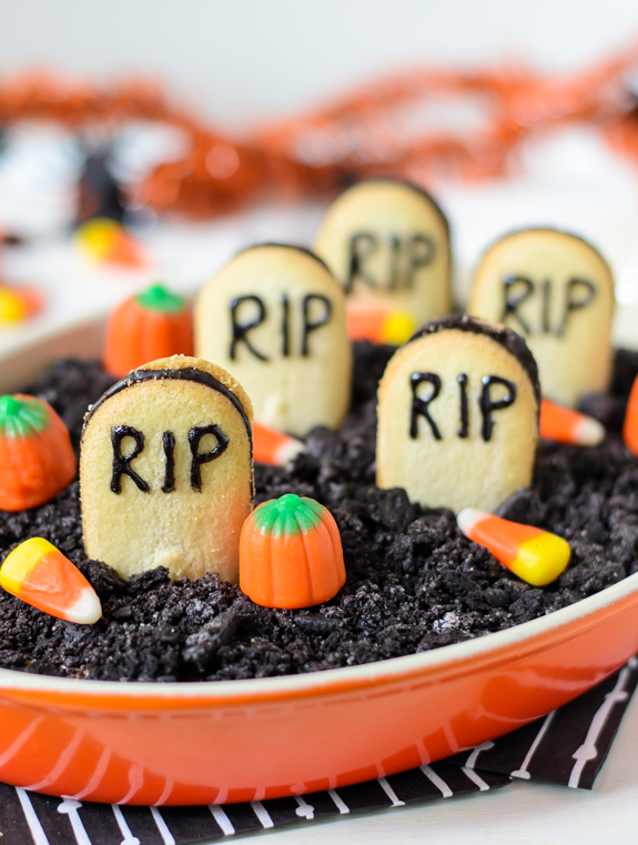 graveyard-chocolate-cheesecake-dip-tastes-just-like-a-chocolate-cheesecake-with-oreos-on-top
